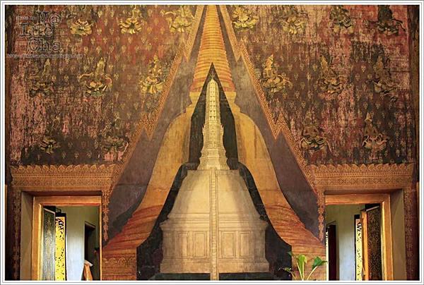 ภาพเขียนในพระวิหาร แสดงพระปฐมเจดีย์ซ้อนกันอยู่ถึง ๓ ชั้น