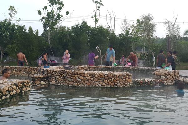รับลมหนาว! นักท่องเที่ยวแห่แช่น้ำพูร้อนเค็ม กระบี่ อบต.เตรียมขยายพื้นที่รองรับ