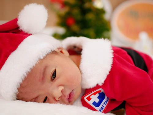ไอเดียเก๋ รพ.กรุงเทพพัทยา จัดชุดซานต้า-แซนตี้น้อย รับขวัญทารกแรกเกิด
