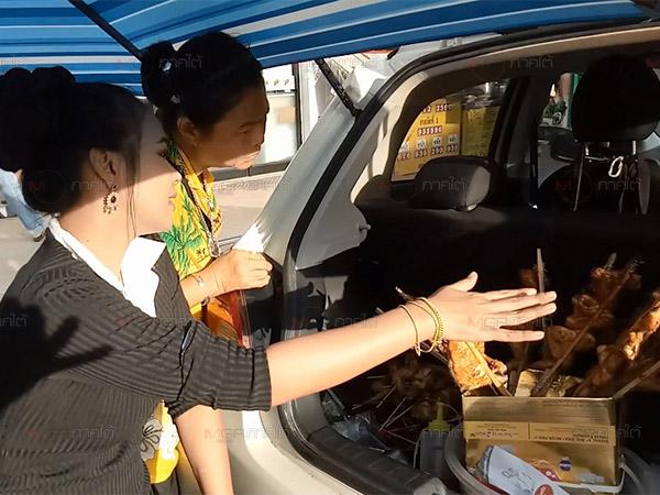 หัวใส! สาวหาดใหญ่เปิดท้ายรถเก๋งขายไก่ย่างเคลื่อนที่ รสชาติชวนชิม