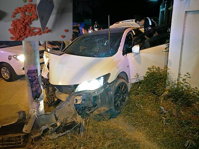 หนุ่มสาวสุพรรณบุรีขับเก๋งชนเสาไฟสลบ ค้นรถเจอยาบ้าเกือบ 400 เม็ด สั่งอายัดตัวสอบ (มีคลิป)