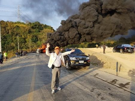 ระทึก..รถบรรทุกขนเบนซินเข้าลาวพลิกคว่ำกลางดอยแพร่-น่าน ไฟลุกท่วมคนขับดับ