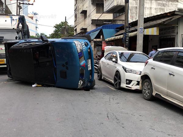 กระบะแต่งสูงล้อใหญ่ชนดะพลิกคว่ำรถเสียหายรวด 3 คัน เหตุเพราะมองไม่เห็นทาง