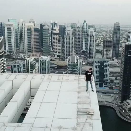 ยังจะกล้า! หนุ่มอังกฤษท้ามฤตยู กระโจนไปมาริมดาดฟ้าตึกสูง 43 ชั้นในดูไบ (ชมคลิป)