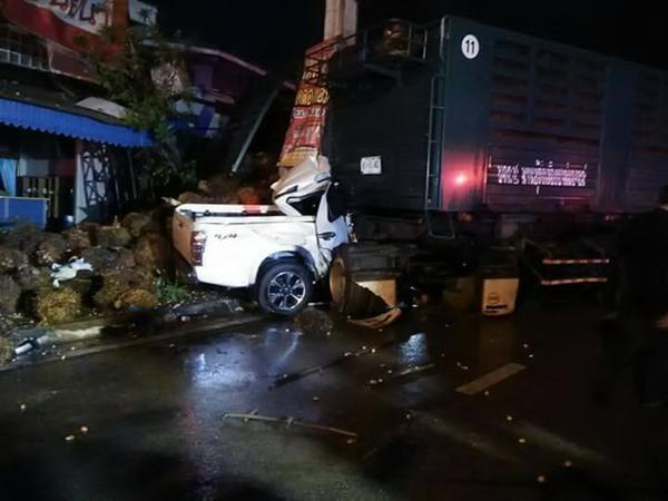 ชนระนาว! รถพ่วงบรรทุกปาล์มซิ่งฝ่าสายฝน เสียหลักพุ่งชนรถข้างทางนับ 10 คัน