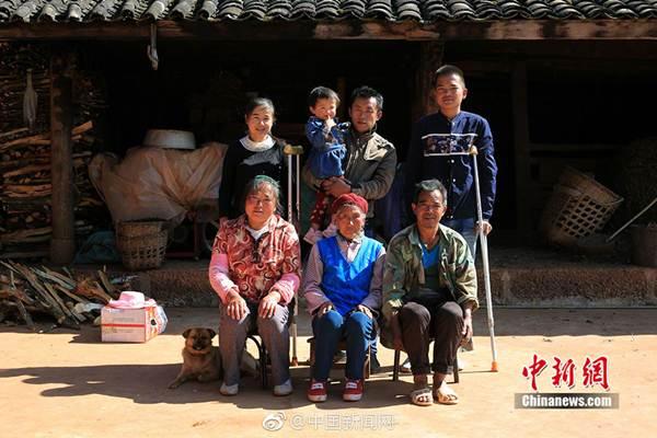 ภาพหมู่ครอบครัว ผลงานของหยัง ตงชิ่ง (ภาพ ไชน่า นิวส์ ด็อท คอม)