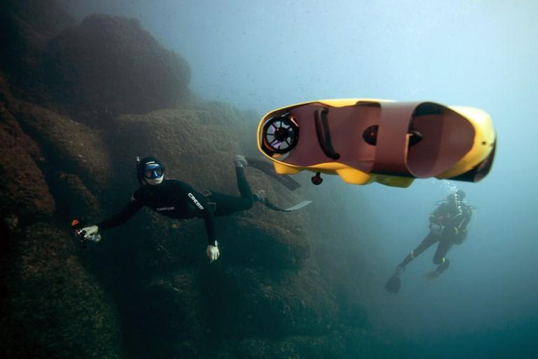 กุยโลม เนรี นักดำน้ำฝรั่งเศส นำโดรนไอบับเบิลลงไปทดสอบใต้ทะเลเมดิเตอร์เรเนียน (BORIS HORVAT / AFP)