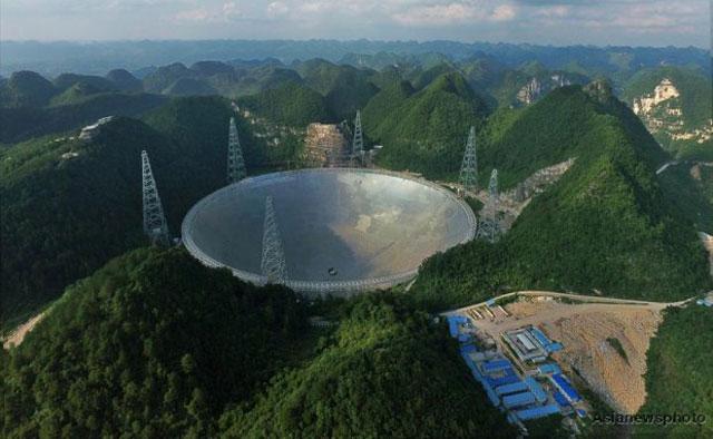กล้องโทรทรรศน์ฟาสต์ ดวงเนตรเผยความลับจักรวาล นี้มีเส้นผ่านศูนย์กลาง 500 เมตร ซึ่งเทียบเท่ากับสนามฟุตบอล 30 สนาม ตั้งอยู่กลางหุบเขาในอำเภอผิงถัง มณฑลกุ้ยโจว มีขนาดใหญ่กว่ากล้องโทรทรรศน์ที่ใหญ่ที่สุดในโลก (ภาพเอเชียนิวส์)