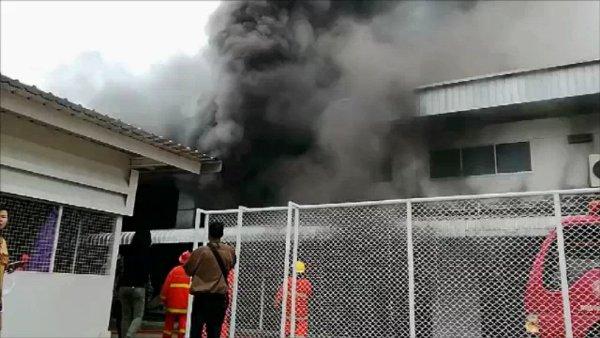วอดส่งท้ายปี..ไฟไหม้โรงงานในนิคมฯลำพูน เกิดแรงอัดระเบิด ทีมกู้ภัยเจ็บ 2