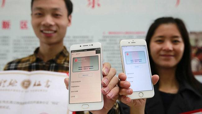 """ล้ำไปอีก! ปี 61 จีนเตรียมใช้ """"บัตรประชาชน"""" พร้อมฟังก์ชันตรวจสอบใบหน้าผ่านสมาร์ทโฟน"""