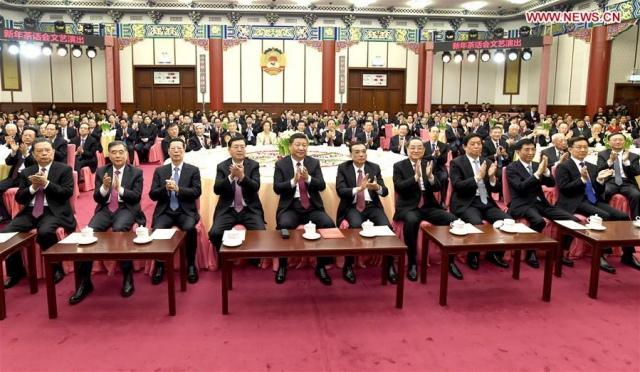 สี จิ้นผิง และคณะผู้นำระดับสูงของจีนภายในงานเลี้ยงปีใหม่ กรุงปักกิ่ง วันที่ 29 ธ.ค. 2560 (ภาพ ซินหวา)