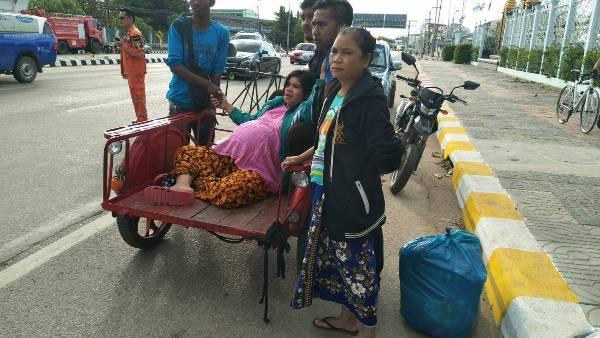 ลุ้นระทึก..สาวพม่าเจ็บท้องคลอดบนสามล้อแดง กู้ชีพฯช่วยส่ง รพ.เฉียดฉิว