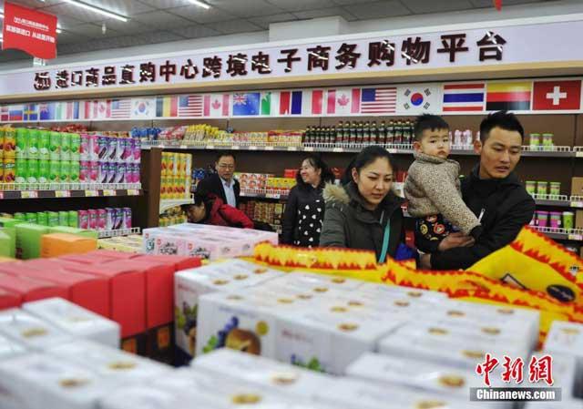 ลูกค้าชาวจีนกำลังเลือกซื้อสินค้านำเข้าจากต่างประเทศ ในร้านค้าแห่งหนึ่ง ในประเทศจีน
