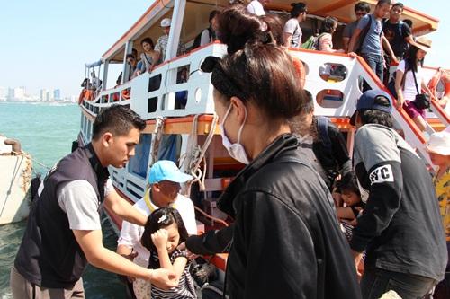 นักท่องเที่ยวทยอยเดินทางกลับจากเกาะล้าน ทำท่าเทียบเรือแหลมบาลีฮายแน่น