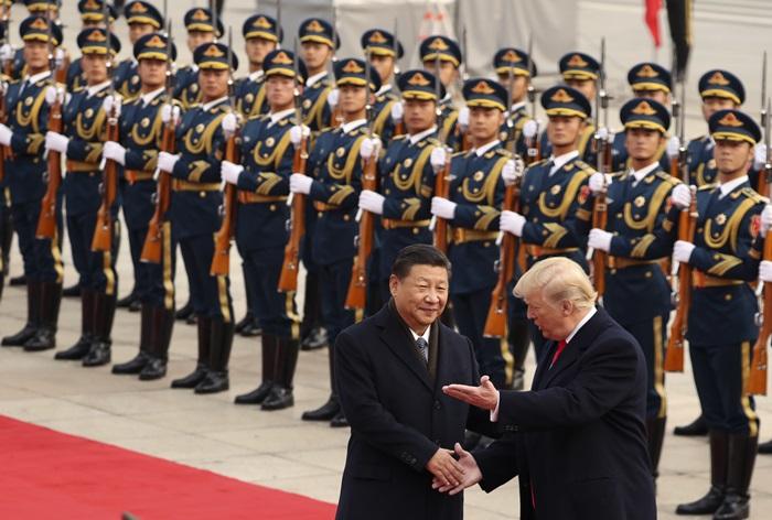 <i>ประธานาธิบดีสี จิ้นผิง ของจีน เชื้อเชิญประธานาธิบดีโดนัลด์ ทรัมป์ ของสหรัฐฯ ตรวจแถวทหารกองเกียรติยศ  ที่จัดขึ้นเพื่อต้อนรับทรัมป์ซึ่งมาเยือนกรุงปักกิ่งในแบบ state visit เมื่อวันที่ 9 พ.ย.ที่ผ่านมา  แต่สำหรับตัวทรัมป์เองนั้นในปีแรกที่ขึ้นดำรงตำแหน่ง ยังไม่เคยเชิญประมุขรัฐต่างแดนคนใดมาเยือนสหรัฐฯในฐานะเป็นอาคันตุกะอย่างเป็นทางการของเขาเลย </i>