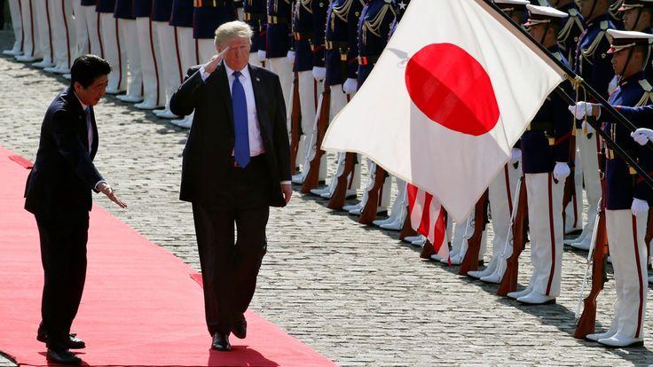 <i>นายกรัฐมนตรีชินโซ อาเบะ ของญี่ปุ่น เชิญประธานาธิบดีโดนัลด์ ทรัมป์ ตรวจแถวกองเกียรติยศ เมื่อตอนที่ทรัมป์เยือนกรุงโตเกียวในวันที่ 6 พ.ย. 2017 </i>