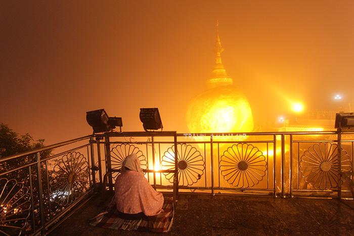 รัทธาจากชาวพม่าที่ตื่นแต่เช้ามืดฝ่าวายหมอกและความหนาวมาสวดมนต์สักการะองค์พระธาตุอินทร์แขวน