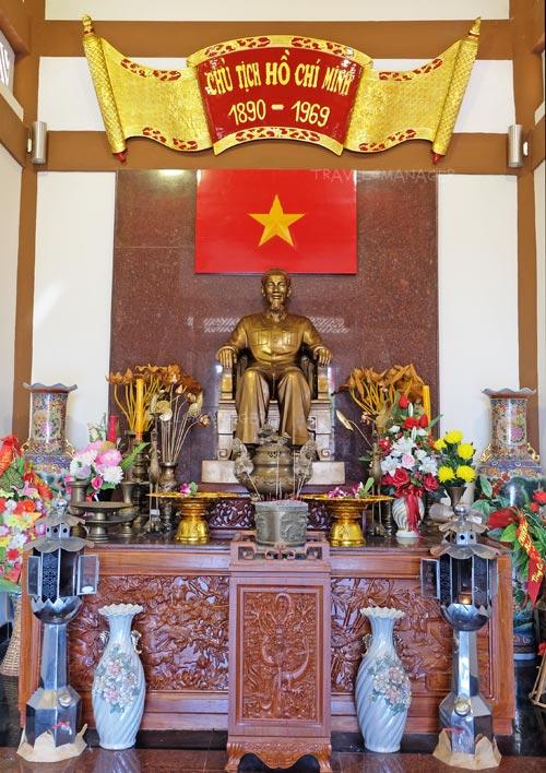 รูปปั้นเคารพประธานโฮจิมินห์