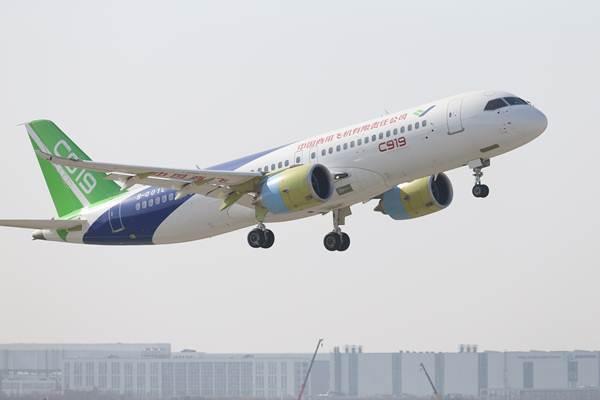 เครื่องบินโดยสารขนาดใหญ่ C919 ที่พัฒนาและผลิตในจีน ทดลองเหินฟ้าครั้งแรกในวันที่ 5 พ.ค.ที่ผ่านมา จากข้อมูล ณ วันที่ 6 ธ.ค. คำสั่งซื้อ C919 เท่ากับ 785 ลำ (ภาพ ซินหวา)