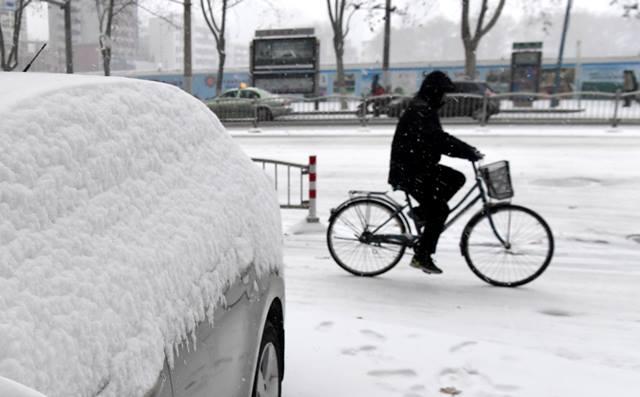 หนุ่มจีนปั่นจักรยานไปตามถนนหวาเหยียนในเจิ้งโจว มณฑลเหอหนันตอนกลางของจีน ภาพเมื่อวันที่ 4 ม.ค. (ภาพ ซินหวา)