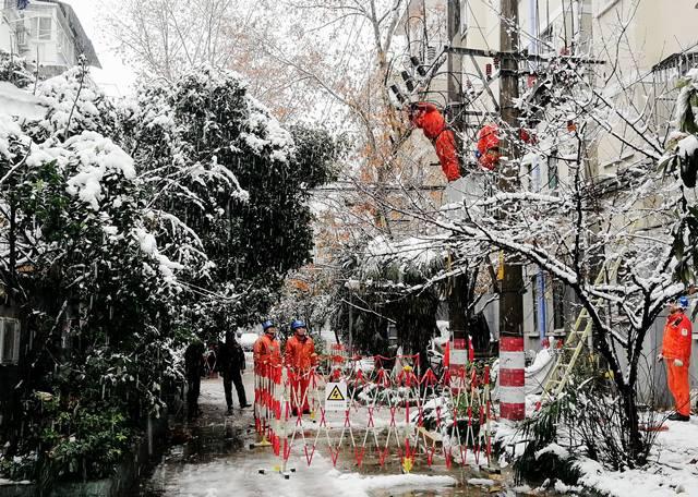 ช่างซ่อมอุปกรณ์ไฟฟ้ากำลังทำงานหลังหิมะตกหนักในมหาวิทยาลัยโหไห่ เมืองหนันจิง มณฑลเจียงซูทางภาคตะวันออกของจีน ภาพเมื่อวันที่ 4 ม.ค. (ภาพ ซินหวา)
