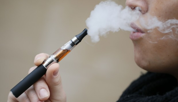 """""""บุหรี่ไฟฟ้า"""" ไม่ช่วยเลิกสูบ เผย """"น้ำยา"""" สกัดจากใบยาสูบ นิโคตินหนักกว่าแบบมวนหลายเท่า"""
