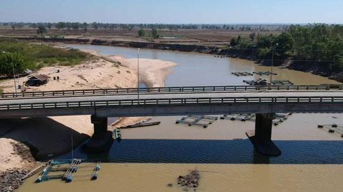 สถานการณ์น้ำในลำน้ำมูลที่ไหลผ่าน อ.ตึก จ.บุรีรัมย์ มีปริมาณลดต่ำเร็วกว่าทุกปีจนมองเห็นตอม่อสะพานโผล่  ถือเป็นการส่งสัญญาณภัยแล้งตั้งแต่ต้นปี วันนี้ ( 7 ม.ค.)