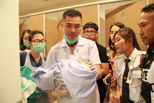 ผงะ! พบทารกแรกเกิดยังมีชีวิตในถังขยะห้องน้ำหญิงห้างดังบุรีรัมย์ ตร.ตรวจวงจรปิดล่าตัวคนนำมาทิ้ง