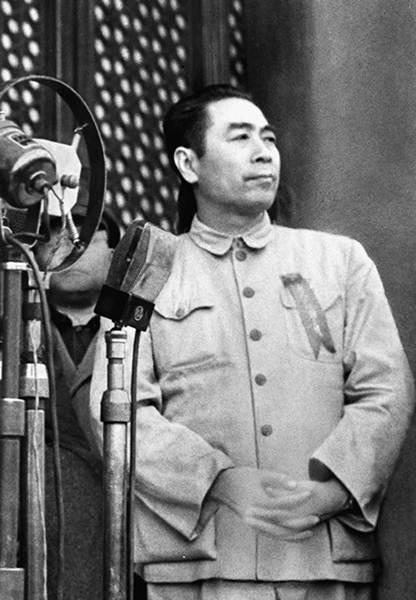 โจว เอินไหล เข้าร่วมพิธีสถาปนาสาธารณรัฐประชาชนจีน ณ พลับพลาจัตุรัสเทียนอันเหมิน กรุงปักกิ่ง วันที่ 1 ต.ค. 1949  (ภาพ ซินหวา)