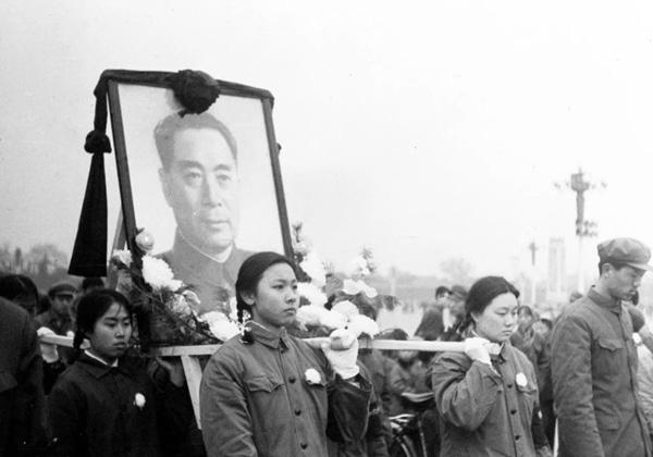 ภาพเมื่อวันที่ 8 ม.ค. 1976 นายกรัฐมนตรี โจว เอินไหล ถึงแก่อสัญกรรมในวันที่ 8 ม.ค. 1976 ในวัย 78 ปี ณ กรุงปักกิ่ง  ประชาชนได้แห่แหนรูปภาพของนายกฯโจวไปยังอนุสาวรีย์วีรบุรุษ (ภาพ ซินหวา)