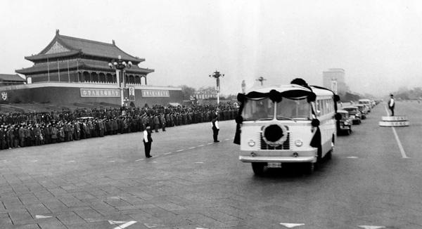 ชาวจีนจำนวนหลายล้านคนหลั่งไหลมายังถนนฉังอันในวันที่ 11 ม.ค. 1976 ทุกคนน้ำตาไหลริน ด้วยความโศกเศร้าอาลัยนายกรัฐมนตรีอันเป็นที่รักขณะที่ขบวนแห่ศพเคลื่อนผ่านจัตุรัสเทียนอันเหมิน (ภาพ ซินหวา)