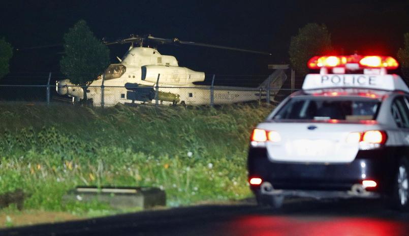 เฮลิคอปเตอร์โจมตีของสหรัฐฯ ลงจอดฉุกเฉินที่ลานกำจัดขยะใกล้โรงแรมแห่งหนึ่งที่หมู่บ้านโยมิตันบนเกาะโอกินาวา ภาพเผยแพร่โดยสำนักข่าวเกียวโดเมื่อวันที่ 8 ม.ค.