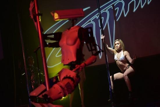 Pole-dancing robots aim to spice up nerd fest