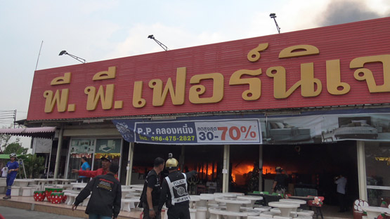 ไฟไหม้ร้านอาหารเวียงจันทร์ลามติดร้านเฟอร์นิเจอร์ย่านรังสิต