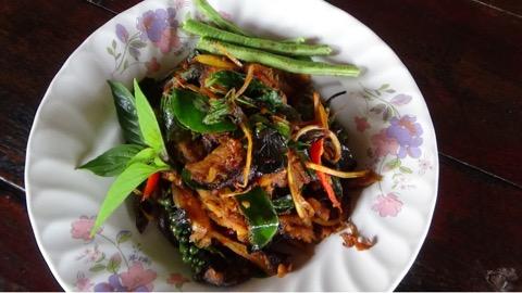 ท้าพิสูจน์! ผัดเผ็ดปลากระเบนรสแซ่บร้านลุงวอน อาหารตามสั่งเมืองอ่างทอง