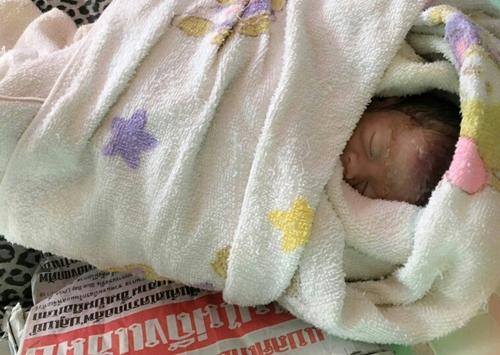 """""""พรมารดา"""" เด็กหญิง 6 เดือน ถูกทิ้งข้างกำแพงเสียชีวิตแล้วจากปอดติดเชื้อ"""