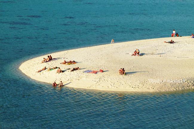 แนวสันทรายผุดหลังน้ำลด บริเวณหาดเมาเท่น