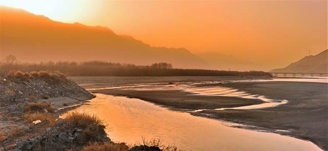 ภาพเมื่อวันที่ 6 ม.ค. ด้านหนึ่งของแม่น้ำยาร์ลอง ซังโป ใกล้กับเขตอนุรักษ์ธรรมชาติในเมืองซันหนัน ทิเบต (ภาพ ซินหวา)