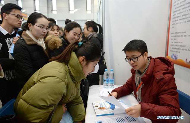 บัณฑิตคนหนึ่ง (หน้าซ้าย) กำลังปรึกษาข้อมูลการจ้างงานที่มหกรรมแรงงาน มหาวิทยาลัยซีเตี้ยน เมืองซีอาน มณฑลส่านซี เมื่อวันที่ 10 มกราคมที่ผ่านมา (ภาพไชน่าเดลี)