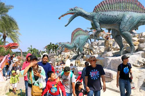 เด็กๆ ทะลักหุบเขาไดโนเสาร์ สวนนงนุชพัทยา ท่ามกลางไดโนเสาร์คืนชีพกว่า 600 ตัว