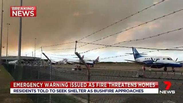 "In Pics: ""สนามบินนิวคาสเซิล"" ของออสเตรเลีย ปิดเป็นครั้งที่ 2 ในรอบ 24 ช.มเพราะไฟป่า ดับเพลิงรัฐนิวเซาท์เวลส์เตือนด่วน ""ไฟป่ามุ่งเข้าใกล้รันเวย์"""