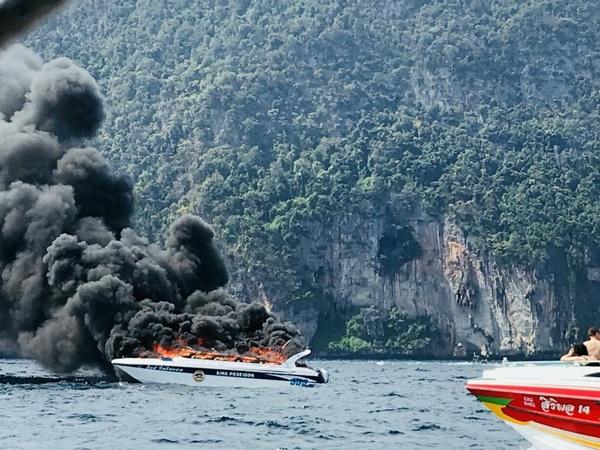 """เรือสปีดโบ๊ต """"คิงโพไซดอน"""" ระเบิดกลางทะเลเกาะพีพี นักท่องเที่ยวถูกไฟลวกอาการหนักหลายราย"""