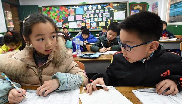 นักเรียนกำลังทำการบ้านในห้องเรียนหลังเลิกชั้นเรียนในโรงเรียนประถมศึกษาแห่งหนึ่งในเมืองหนันจิง มณฑลเจียงซู (แฟ้มภาพ ซินหวา)