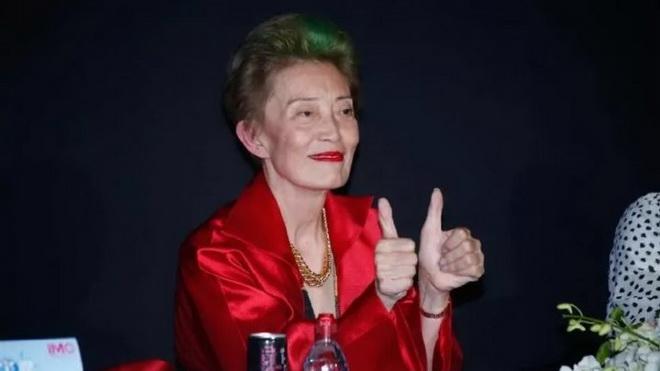 """อดีตผู้บริหาร Ford Modeling วัย 70 ปี ที่บอกว่า """"ไอ้ขยะนี่ละเมิดนักแสดงหญิงมามากกว่าหนึ่งครั้งอย่างแน่นอน ใคร ๆ ในวงการก็รู้กันดี"""" เธอยังพูดถึงเรื่องที่ เจิ้งจื่อเหว่ย กำลังจะฟ้องร้องตนเองว่า """"กังวลรึเปล่าเรื่องถูกฟ้องน่ะหรือ? ไม่มีวัน ... ถ้าอยากจะฟ้องหญิงชราคนนี้? ก็มาเลย นั่งรออยู่เนี่ย!"""""""