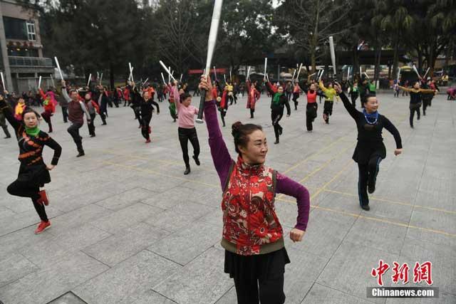 กลุ่มผู้สูงอายุชาวจีน ขณะกายบริหารยามเช้า ในสวนสาธารณะแห่งหนึ่งที่ประเทศจีน (ภาพไชน่านิวส์)