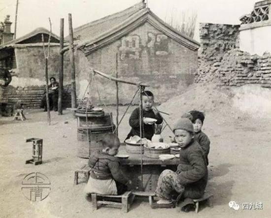 คนกินนั่งล้อมกินอยู่ใกล้ๆเมื่อสมัยก่อน ภาพจาก http://www.backchina.com/forum/20180117/info-1524661-1-1.html