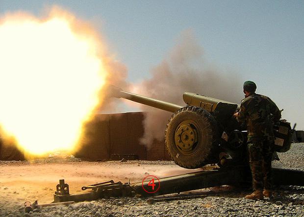 ทหารกองทัพอัฟกานิสถาน ยิงปืนใหญ่ D30 สนับสนุน วันที่ 9 ก.ย.2550  ปืนใหญ่ลากจูงระบบนี้ มีใช้ใน 50 ประเทศทั่วโลก ของลาวเพิ่งนำขึ้นติดตั้งบนรถบรรทุล้อยาง 6X6 ใหม่ๆหมาดๆ. --  US Army Photo/Sgt 1st Class David Trice.