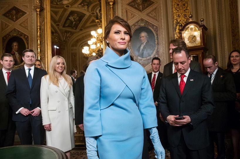 เมลาเนีย ทรัมป์ ปรากฏตัวในชุดสูทสีฟ้าเรียบหรูของ Ralph Lauren ในวันที่สามี โดนัลด์ ทรัมป์ สาบานตนเข้ารับตำแหน่งผู้นำสหรัฐฯ