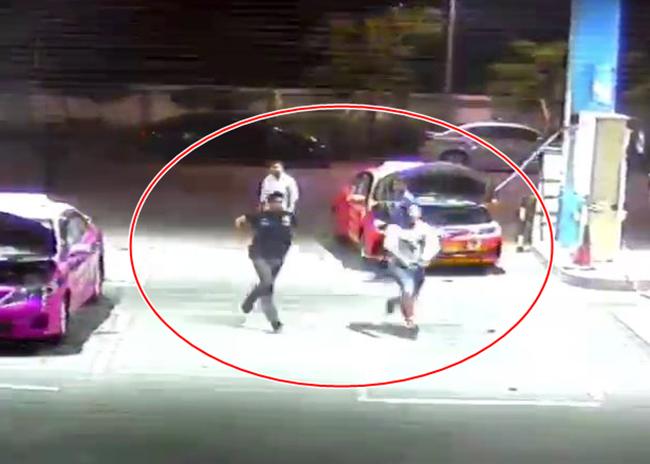 เจ้าของปั๊มฉุนชายฉกรรจ์นับสิบ ถือปืนวิ่งไล่จับคน งงไม่รู้หน่วยไหน ผวากระสุนลั่นโดนถังแก๊สบึ้ม! (มีคลิป)