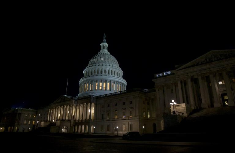 "<i>อาคารรัฐสภาสหรัฐฯยามดึก ภายหลังวุฒิสภาเลิกประชุมในเวลาราวตีหนึ่งของวันอาทิตย์ (21 ม.ค.) โดยพวกสมาชิกฝ่ายพรรครีพับลิกันและพรรคเดโมแครตยังไม่มีทีท่าจะตกลงกันได้ เพื่อแก้ไขคลี่คลายวิกฤต ""ชัตดาวน์"" หรือการปิดหน่วยงานต่างๆ ของรัฐบาลกลางเนื่องจากไม่มีงบประมาณใช้จ่าย ตั้งแต่หลังเที่ยงคืนวันศุกร์ (19) เป็นต้นมา </i>"